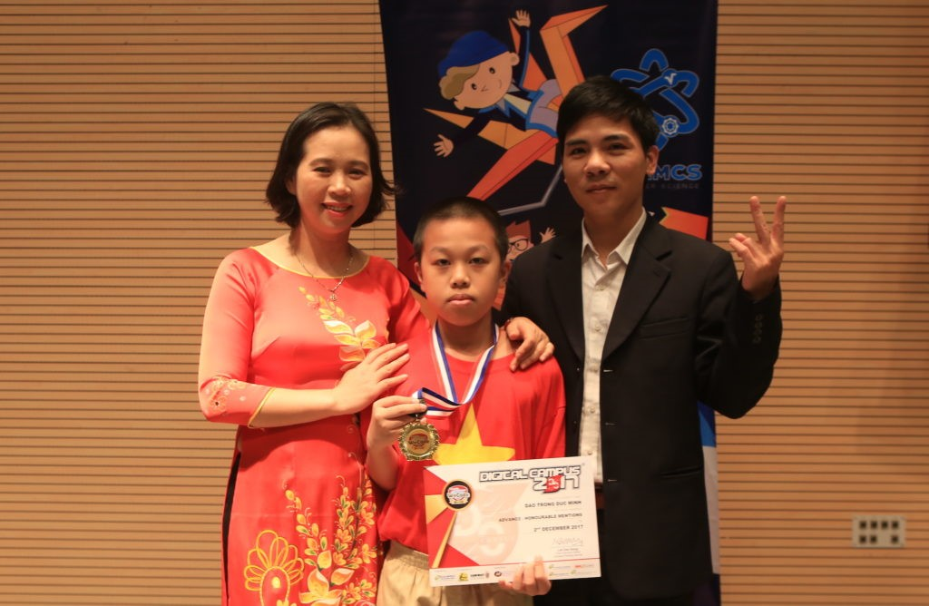 Em Đào Trọng Đức Minh (giữa), Học viện STEAM, Giải Nhì DC WeCode Quốc gia, Vinh danh thành tựu DC WeCode Quốc tế 2017 hạng Trung cấp