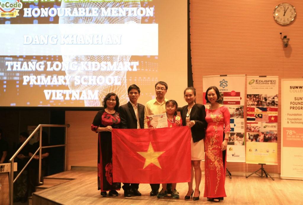 Em Đặng Khánh An (áo đỏ giữa), Học viện STEAM, Giải Ba DC WeCode Quốc gia, Vinh danh thành tựu DC WeCode Quốc tế 2017 hạng Sơ cấp