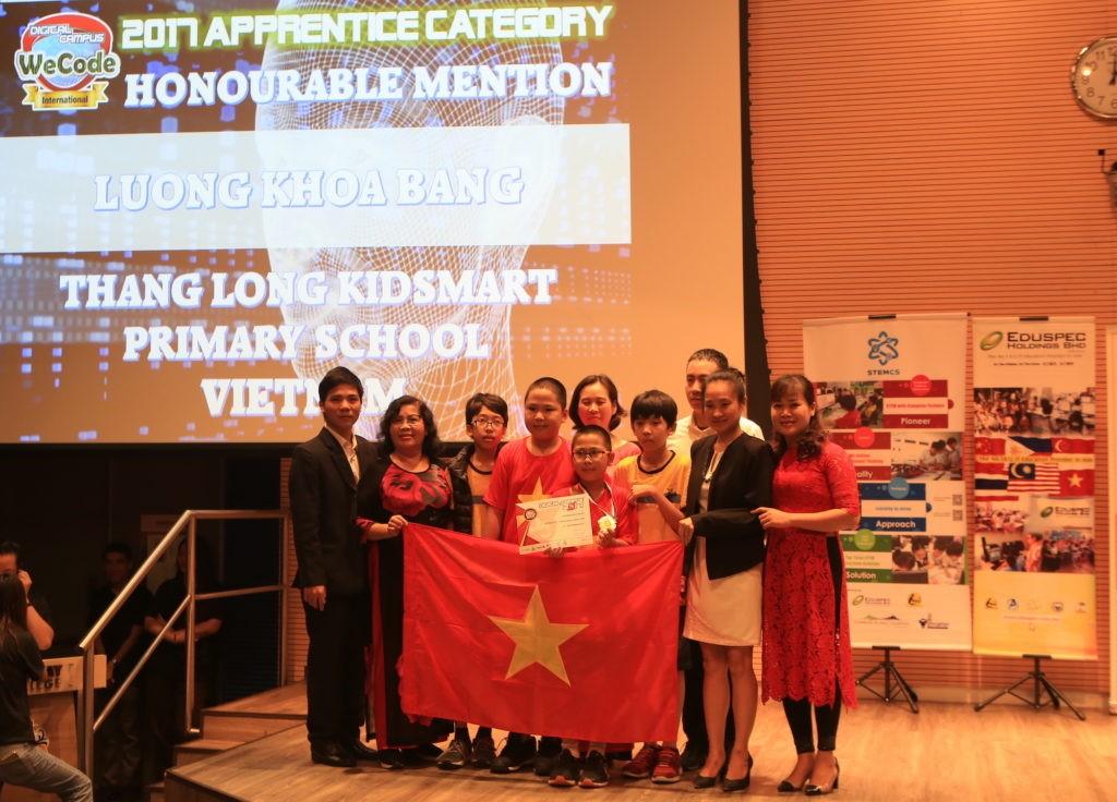 Em Lương Khoa Bằng (áo đỏ giữa), Học viện STEAM, Giải KK DC WeCode Quốc gia, Vinh danh thành tựu DC WeCode Quốc tế 2017 hạng Sơ cấp