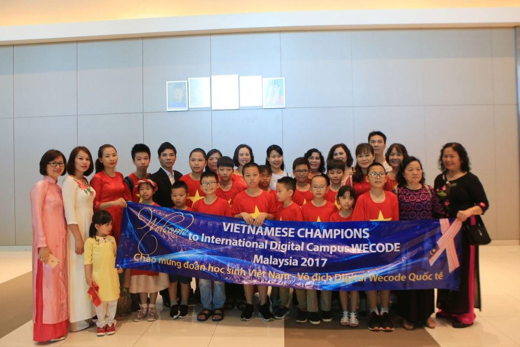 Các thầy cô, phụ huynh, đại diện nhà trường và Học viện STEAM chụp ảnh lưu niệm cùng các con học sinh tại Malaysia