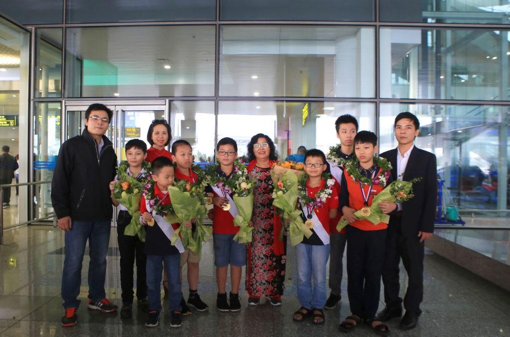 Các thầy cô cùng các bạn nhỏ tại sân bay