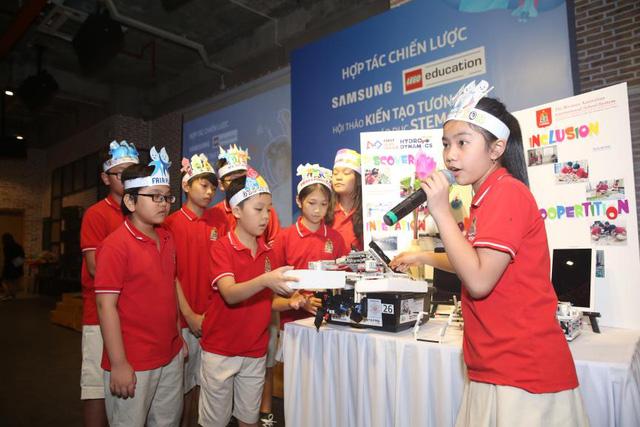 Đội STEAM WASS 06, một trong bốn đại diện Việt Nam thi đấu chung kết quốc tế cuộc thi First Lego League tại Mỹ, tự tin thuyết trình dự án trước đám đông
