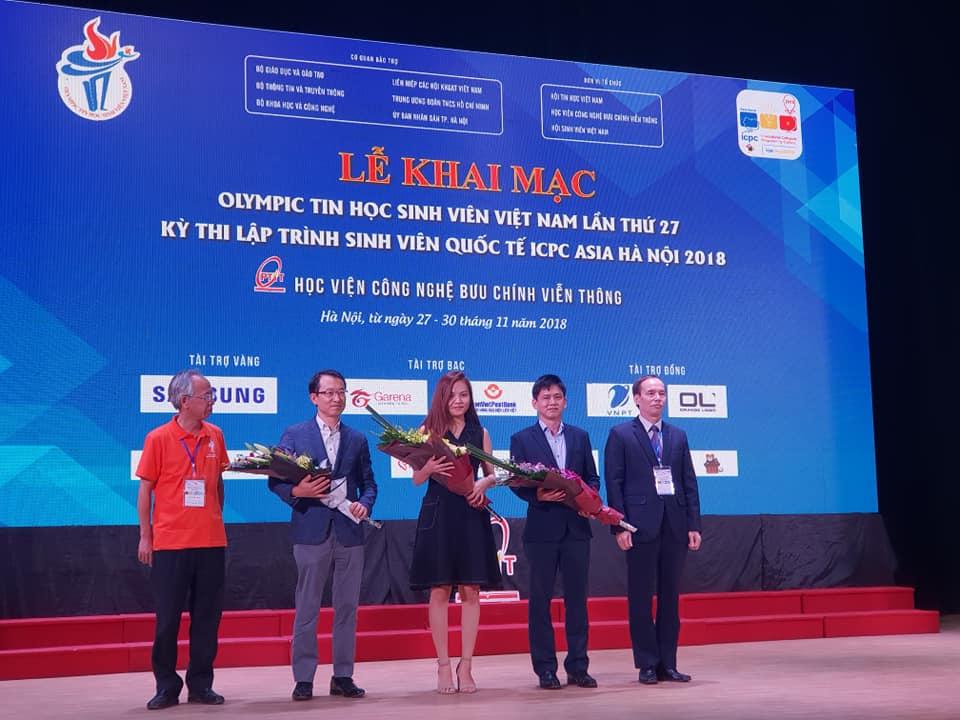 Ông Nguyễn Long, Tổng thư ký Hội Tin học Việt Nam, trao cờ tặng BTC