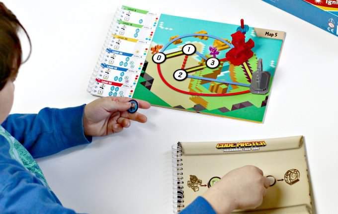Code master còn là món quà mà các bậc phụ huynh có thể dành tặng cho con em mình từ 8 tuổi. Đây chính là sản phẩm Trò chơi tốt nhất 2015 cho Toys Bulletin bình chọn