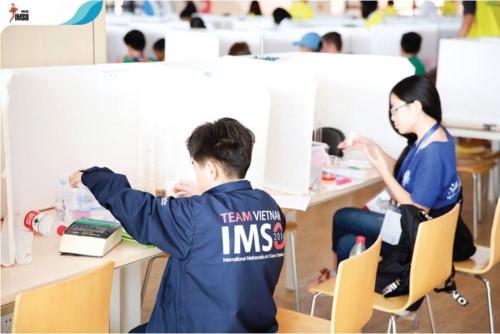 Học sinh Việt Nam làm bài thi tại IMSO